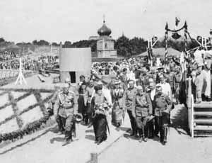 Императрица Мария Федоровна направляется к месту закладки храма.