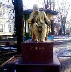 Памятник академику И.П.Павлову в госпитале.