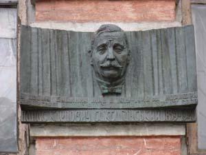 Мемориальная доска на улице Жилянская, 96. В этом доме жил в 1912-1940 гг. корифей украинской сцены Панас Саксаганский.
