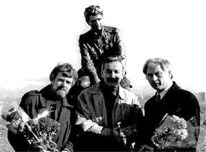 Возле памятника военным летчикам — авторы Владимир Щур, Виталий Сивко и актер Владимир Талашко (в центре).