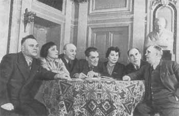 Основатели Театра им. И. Франко в фойе театра (справа — Гнат Юра)