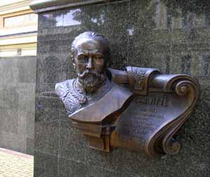 У входа в управление Юго-Западной железной дороги по улице Лысенко установлен бронзовый бюст в честь Сергея Юльевича Витте.