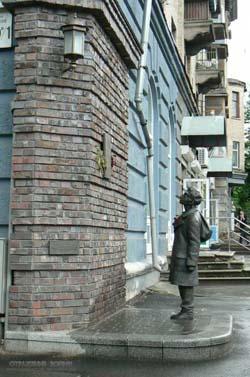 Памятник Анатолию Кузнецову